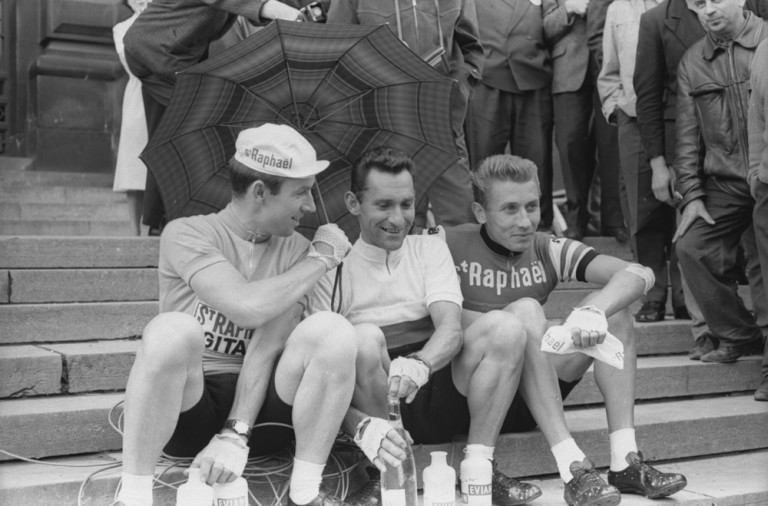 Tour_de_France_1963_27th_June_Vor_dem_Start_SeamusElliott_JeanStablinkski_Jacques Anquetil